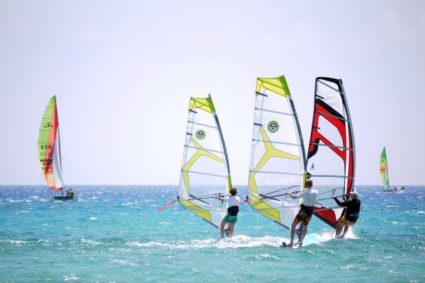 Windsurfing: dlaczego warto zainwestować w rękawice neoprenowe?