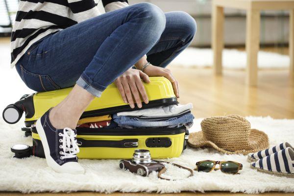 Samolotem na majówkę? Sprawdź co możesz spakować do bagażu podręcznego!
