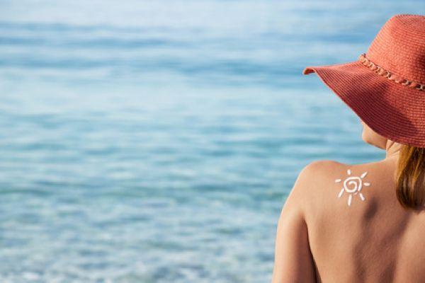 Kosmetyki do twarzy z filtrem SPF. Jak ich używać, żeby chroniły Twoją skórę?