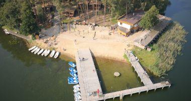 Plaża przy Ośrodku Gród Piasta w Chomiąży Szlacheckiej nad Jeziorem Chomiąskim