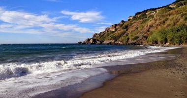 Plaża La Caleta w Maro nad Morzem Śródziemnym