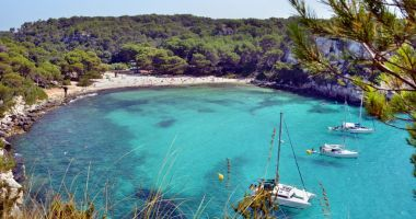 Plaża w Zatoce Macarella na Minorce na Morzu Śródziemnym
