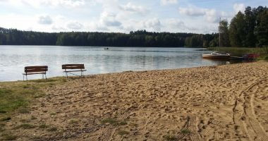 Plaża przy Stanicy Wodnej PTTK w Tleniu nad Jeziorem Żurskim
