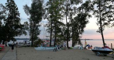 Plaża przy Porcie w Nowym Harszu nad Jeziorem Dargin