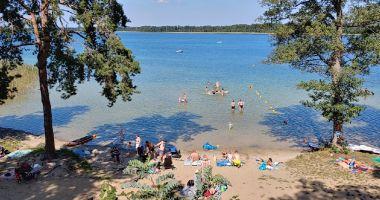 Plaża przy OW Jeziorak w Pszczewie nad Jeziorem Duży Szarcz